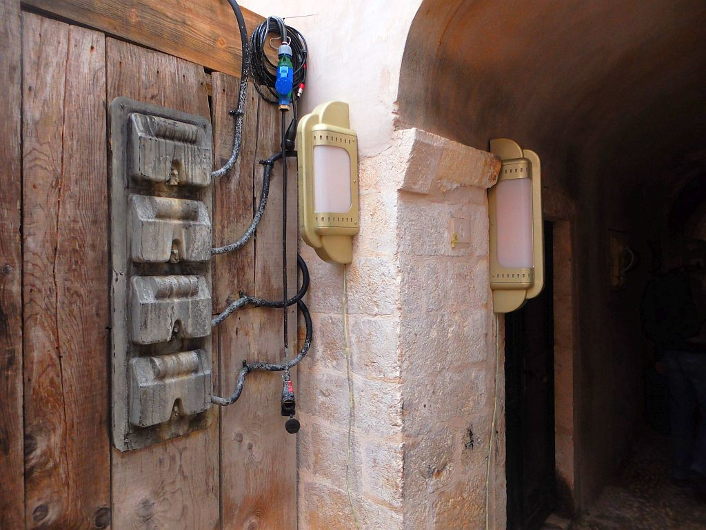 All the light fixtures on the walls are movie props, photo starwarsdubrovnik.com