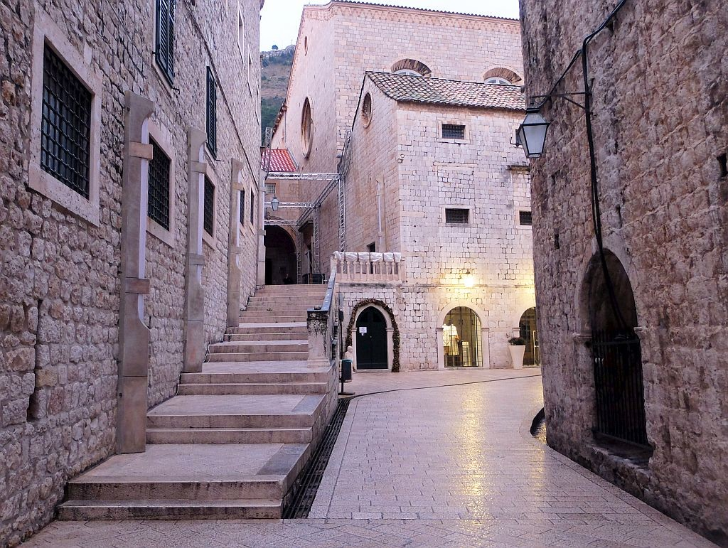 Steps leading to Dominican Monastery with new light fixtures, photo starwarsdubrovnik.com